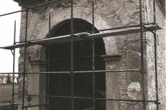 Rimozione dell'intonaco vecchio. Interessante notare la struttura della Cappella.