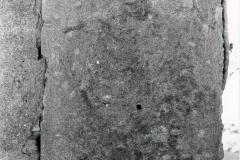 Affresco raffigurante uno scheletro sul lato destro dell'ingresso, prima del restauro.
