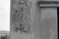 Affresco raffigurante uno scheletro sul lato sinistro dell'ingresso , dopo il restauro.